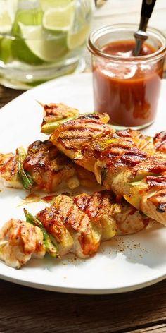 Unser gegrilltes Hähnchenschaschlik in Curry-Sauce schmeckt nicht nur in der Grillsaison. Saftiges Hähnchenbrustfilet und mit Speck umwickelte Ananas sind ein echter Low Carb Genuss! Du kannst die Spieße auf dem Grill oder in einer Pfanne zubereiten. Guten Appetit.