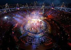 写真:27日、ロンドン五輪の開会式会場に現れた五つの輪=ロイター