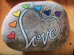Love hearts painted rock Love hearts painted rock,malen und zeichnen Love hearts painted in rock Stone Art Painting, Heart Painting, Pebble Painting, Dot Painting, Pebble Art, Mandala Painted Rocks, Painted Rocks Craft, Hand Painted Rocks, Painted Stones