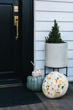 For A Modern Jack-O-Lantern This Hallowen, Try Our Terrazzo Pumpkin Diy. Take The Terrazzo Trend Into Fall By Painting And Carving Pumpkins With Pops Of Autumnal Color. Get The Full Tutorial At Modern Halloween, Halloween House, Halloween Pumpkins, Halloween Crafts, Diy Pumpkin, Pumpkin Carving, Carving Pumpkins, Diy Craft Projects, Diy Crafts