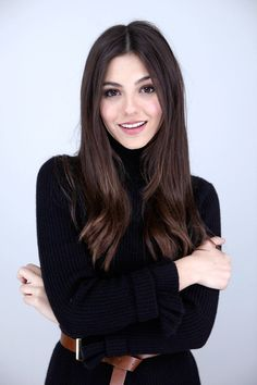 Victoria Justice casual shiny hair and soft makeup