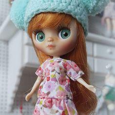 Les presento a esta pequeña pelirrojita que iba a poner en adopción pero no dió tiempo, su mami se enamoró de ella y ahora ya va camino a casita, a conocer a sus hermanas Sonia, Sugar y Pepita!! 😍😍😍😍 *(Los mini vestidos están disponibles en mi tienda Etsy) • • • #Sonydolls #blythedoll #petiteblythe #pbl #doll #muñeca #dollstagram #toystagram #dollmaker # redhead #blueeyes #handmade