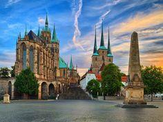 Erfurt Op ongeveer een uurtje rijden ligt het plaatsje Erfurt (foto 11, 12, 13 en 14), de hoofdstad van Thüringen. Erfurt is een leuk middeleeuws en een geschiedenisrijke plek, waar je heerlijk op een terrasje kunt genieten onder het genot van een drankje. Wat zeker niet vergeten mag worden is de bekende 'Bratwurst'