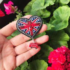 Для поклонников Британии в наличии #брошь ручной работы #британскийфлаг ❤️ Без повторов, в единственном экземпляре, во всяком случае, с автобусом (он съёмный, кстати) Брошь выполнена из канители, кристалла и жемчуга сваровски, корейской стразовой ленты, края обшиты японским бисером ❤️ #брошьручнойработы #embroideryart #embroiderybrooch #брошьбокал #шампанское #champagne #handmadebrooch #handmade #брошьзвезда #звезда #брошьручнойработы #брошьсердце #брошьбританскийфлаг #британия #ан...
