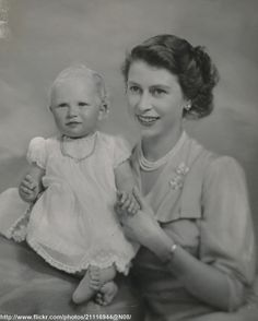 The Princess Elizabeth Duchess of Edinburgh (Queen Elizabeth ll) and Princess Anne (The Princess Royal) 1950 Queen Liz, Die Queen, Queen Elizabeth Ii, Princesa Elizabeth, Prinz Philip, English Royal Family, Caroline Kennedy, Isabel Ii, Royals