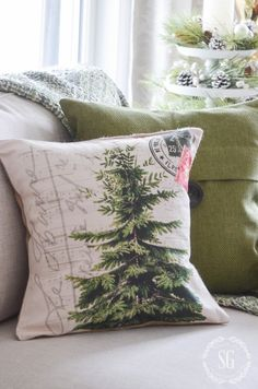 CHRISTMAS PILLOW LOVE shares some festive Christmas pillows, tips for using them and idea where to find them. Natural Christmas, Beautiful Christmas Trees, Noel Christmas, Christmas Pillow, Green Christmas, Winter Christmas, All Things Christmas, Christmas Crafts, Christmas Decorations