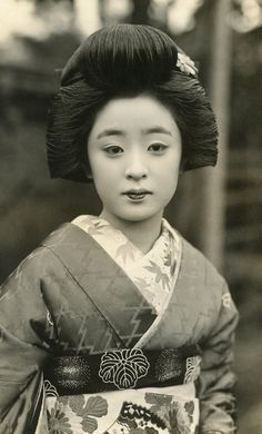 The photographs include this image of a one of the most famous traditional hostesses in Japan, geisha Geiko Tomeko. It is not clear when the original photo was taken Samurai, Memoirs Of A Geisha, Turning Japanese, Japan Art, Japan Japan, Japanese Kimono, Japanese Doll, Japanese Beauty, Japanese Culture