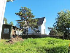 husets norra sidan. bruna huste ska bort. gröna området ska bli en konst/lek park.