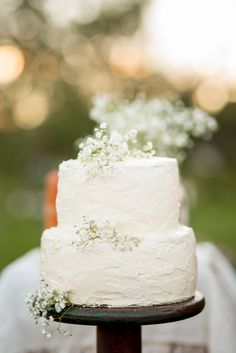 Baby's Breath-Decorated White Buttercream Wedding Cake