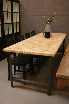 Hout & ijzer: stoere eettafel met bijzonder houten blad in visgraad en stoere ijzeren poten. www.old-basics.nl (webshop) industrial vintage / brocante