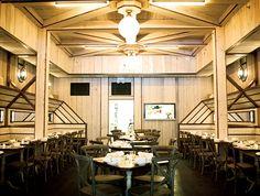 ローカルフードの名店、 ダウンタウンへ。 | 格調高い本店とは対照的な気楽さも魅力。写真の料理は「ブロッコリー・ラブと白アンチョビ、卵黄とパルミジャーノ」12ドル。160㎞圏内にある醸造所から選んだ地ビールもおすすめ。●テレパン・ローカル〈Telepan Local〉329 Greenwich St., New York TEL +1 212 966 9255。17時〜23時30分(金・土〜24時30分)。無休。http://www.telepanlocal.com