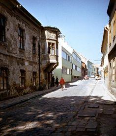 Megyeház utca, balra a régi Megyeháza.
