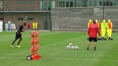Napastnik Liverpoolu świetnie ukuł z rzutu wolnego podczas treningu • Mario Balotelli fantastycznie strzelił z wolnego • Zobacz >>
