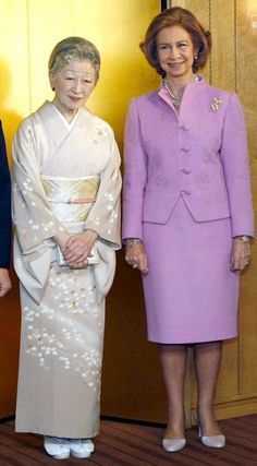 Queen Sofía of Spain and Empress Michiko Queen Liz, Queen Sophia, Royal Fashion, Indian Fashion, Kate Middleton Wedding Dress, Stylish Older Women, Spanish Royalty, Estilo Real, Danish Royal Family