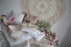 Rękodzieło szydełkowe: serwety, koszyczki na pieczywo, poszewki na poduszki a także lniano-bawełniane stopery do drzwi. Made by Color sklep online.