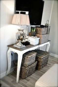 SIDETABLE with wicker baskets