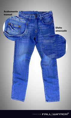 O acabamento das nossas calças jeans é feito manualmente, para garantir a qualidade de nossos produtos.
