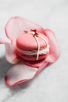 Raspberry Rose Macarons made with rosewater, a vanilla buttercream, and a surpri… Himbeer-Rosen-Macarons mit Rosenwasser, Vanille-Buttercreme und Himbeer-Konfitüre. Macarons, Broma Bakery, Tout Rose, Raspberry Preserves, Macaron Recipe, Cannoli, Cookie Recipes, Cravings, Sweet Tooth