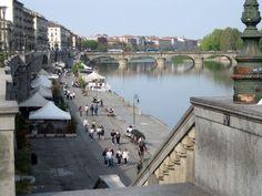 L'origine del nome è collegata agli imponenti argini (muri) costruiti nel corso del XIX secolo per preservare il centro cittadino dalle piene del fiume.