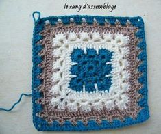 Beautiful square--instructions in French; Bing Translate makes a hash of it. Still, an experienced crocheter could probably suss it out -- pics are pretty good. Motifs Granny Square, Crochet Squares Afghan, Granny Square Crochet Pattern, Crochet Stitches Patterns, Crochet Granny, Crochet Motif, Crochet Flowers, Knitting Patterns, Granny Squares