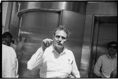 """Hijo de inmigrantes judíos, Garry Winograndes considerado uno de los pioneros (no ha sido el único) de la fotografía callejera. Su carrera es la que más ha trascendido a los largo de los años. Quizá la forma en la que murió tuvo algo que ver. Murió de cáncer en 1984, dejando más de 400.000 fotografías sin editar, muchas de las cuales ni siquiera había mirado. Además también dejó 2500 rollos de película sin revelar. Murió con el """"mono de trabajo"""". Muchas de esas fotografiás se recog..."""