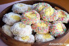 Neste gang du lager Skolebrød, prøv å drysse noen med fargerikt kakestrøssel i stedet for kokos. Morsomt og garantert populært! Jeg har her brukt deigen til Verdens beste boller for å lage ekstra store ogkjempemyke skolebrød.