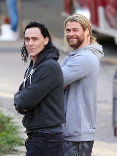 Tom Hiddleston and Chris Hemsworth on the set of Thor: Ragnarok in Brisbane, Australia on August 23, 2016. Enlarge photo: https://wx3.sinaimg.cn/large/6e14d388gy1fitzwe126yj21xp2l91bs.jpg Via Torrilla: https://m.weibo.cn/status/4144026247038096
