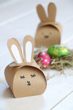 Ostern DIY – Hasen Geschenkschachtel basteln: Geschenkbox selber machen ist mit … Easter DIY – Make Bunny Gift Box: Make Gift Box Itself is easy with this gift box template. The bunny box can be used as a gift idea… Continue Reading → Pot Mason Diy, Mason Jar Crafts, Mason Jars, Fleurs Diy, Easter Table Decorations, Make A Gift, Easter Baskets, Easter Crafts, Easter Gift