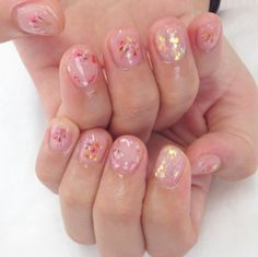 Dried flowers: A simple and romantic nail art trend to try - Be Asia #Beauty #Nails #Minimal