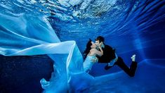 出典:http://livedoor.blogimg.jp ついに憧れのあの人と結婚・・・天にも昇るような気持ちとはこのことでしょう。 そんな大事な結婚式だからこそ、他の誰とも被らないように、オリジナルの結婚式にしたいと思うのは当然のことです。 日本でも東京ディズニーランドで結婚式など、 世界のユニーク結婚式1:大自然を独り占め 出典:http://wol.nikkeibp.co.jp これはニュージーランドのワナカ湖という場所です。 アスパイアリング山という山にあり、標高300m地点だそうです。 結婚式会場なんて小さなものではありませんね。 この大自然すべてが結婚式会場なんですから。 世界のユニーク結婚式2:空の中の結婚式Ⅰ 出典:http://tabilabo.s3.amazonaws.com 出典:https://ssl-stat.amebame.com これはボリビアのウユニ塩湖という場所です。 ウユニ塩湖自体は風がない時に空が湖面に映り込み、まるで空の中にいるような感覚に浸ることができます。 TVでも多く取り上げられているので、知っている人も多いのでは...