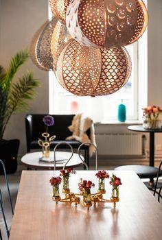 Knopp pendel från Klong, formgiven av Ania Pauser,är uppbyggd av 12 blad som fördelas i två lager, den är tvåmönstrad och tvåfärgad. Det utskurna mönstret skapar ljus- och skuggspel på väggar och golv. Lampan är tillverkad i laserskuren flygplansplywood och armaturen är av formpressad björk med mässingsdetaljer. För att lampan ska ge ett vackert och behagligt ljus använd en halogenlampa med klart glas i, högst 60W. För minsta möjliga miljöpåverkan levereras lampan som ett platt paket.