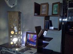 """Lampada a colonna, quadro retroilluminato con stampa """"Vesuvio"""" di Andy Warhol, scaffale scritta """"Love"""" facebook/woodoocreations"""