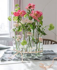 Pfingstrosen, weiße Lauchblumen und weiße Rosen (Bild: Michaela Gabler) Glass Vase, Michaela, Home Decor, Vintage Bottles, Glass Bottles, White Roses, Decorating Jars, Peonies, Decorating Ideas