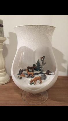 Mini kerst tafereel in vaas... Spuit sneeuw of gesso op je vaas spuiten. En decoreren maar.