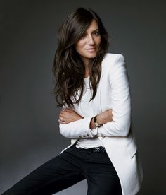 Emmanuelle Alt, Editor in Chief Vogue Paris Really love how casual but powerful… The power of a white suit in a professional portrait Looks Street Style, Looks Style, My Style, Simple Style, Curvy Style, Corporate Portrait, Business Portrait, Corporate Headshots, Business Headshots