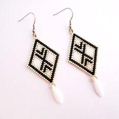 Boucles d'oreilles en forme de losange / perles miuyki blanche , noir et argenté / crochet en acier inoxydable / tissage peyote /