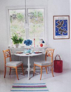 Måla bordet vitt, mot stolar i trä. Eller tvärt om.