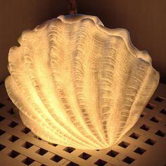 """15 tykkäystä, 1 kommenttia - BÅTSKIN (@batskinshop) Instagramissa: """"Tämä ihana simpukkavalaisin löytyy nyt verkkokaupasta. Ei saisi tuoda töitä kotiin, ne tuuppaa…"""" Table Lamp, Lighting, Instagram, Home Decor, Lamp Table, Decoration Home, Light Fixtures, Room Decor, Table Lamps"""