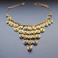 Paví v mosazi v modré Velmi dobře vypadá zejména na ženách tzv. studeného typu :) Luxusní drátovaný náhrdelník z mosazného leštěnéhé včelím voskem ošetřeného 1 mm hrubého drátu a čirých a modrých rokailových hranolků. Velikost korálků 0,5 cm. Délka náhrdelníku 49 cm, lze upravit dle vašeho požadavku. Mohu dodělat též náušnice Šperk je vyroben pouze z ...
