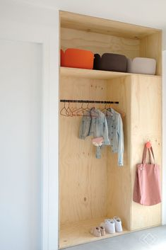 Hallway Decorating 292734044527984048 - Supercoole garderobekast van Underlayment Source by ladecocosydecaro Bedroom Closet Storage, Wardrobe Storage, Bedroom Wardrobe, Home Bedroom, Kids Bedroom, Diy Wardrobe, Decoration Hall, Decoration Crafts, Hallway Inspiration