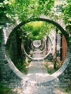 L'image contient peut-être: plante, arbre et plein air Garden Art, Garden Design, Moon Gate, Chinese Architecture, Aesthetic Backgrounds, Plein Air, Garden Landscaping, City Photo, Scenery
