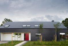 Il progetto, a Kobylanka, vicino Stettino, è firmato da Anna Thurow e svela un interior minimal in cui il legno è protagonista