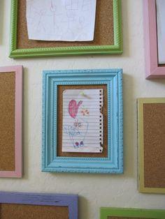 A sugestão é emoldurar um pedaço de cortiça para expor as artes das crianças...  Isto valorizará o trabalho dos pequenos e será fácil renovar a cada nova obra.    Fonte:  http://shannonmakesstuff.blogspot.com.br/2010/09/bulletin-board-frames-wall.html