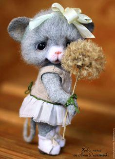 Купить или заказать Мышка Маришка и одуванчик в интернет-магазине на Ярмарке Мастеров. Маришка - кокетливая, милая девочка, она любит красивые платья, цветы и сдувать с одуванчиков зонтики:) А еще она ищет теплый, любящий дом и заботливые ручки. Мышка выполнена в технике сухого валяния, голова и верхние лапки подвижны. Хвостик и ушки на каркасе, могут менять положение и форму. Стоит сама, при необходимости может опираться на хвост. Стоимость доставки 1м классом Почты РФ 250 руб.