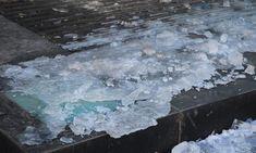 Grâce à son savon à vaisselle, plus jamais elle n'achètera de sel pour faire fondre la glace noire de son entrée!