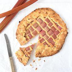 Een heerlijke seizoenstaart: de rabarber galette met frangipane. Niet moeilijk om te maken en smullen geblazen wanneer hij klaar is. Hier vind je het recept.