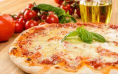 Die Bezeichnung der Pizza Margherita ist auf den Namen der Königin Margherita von Savoyen zurückzuführen. In der Tat war es Raffaele Esposito, Pizzaiolo (Pizzabäcker) der neapoletanischen Pizzeria Brandi, der zu Ehren des Besuchs der Königin im Jahr 1889 in Neapel, diese köstliche Pizza erfand und der Königin Margherita widmete. Der Pizzaiolo hat die Pizza mit…