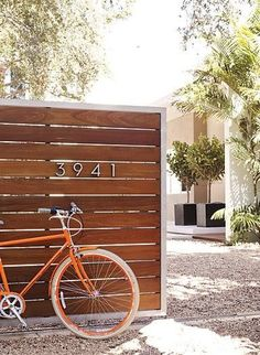 Fence Ideas Modern cedar fence and Neutra house numbers.Modern cedar fence and Neutra house numbers. Wooden Garden Gate, Garden Gates, Wooden Fences, Garden Beds, Metal Fences, Timber Fencing, Front Fence, Fence Gate, Brick Fence