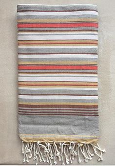Tissage à plat 001 €16.00 Fouta tissée à plat 100 % coton Couleur : Fines rayures dans les nuances de Orange, Gris et Marron Weaving Patterns, Knitting Patterns, Orange Gris, Textiles, Stripe Pattern, Tea Towels, Beach Towel, Damask, Loom