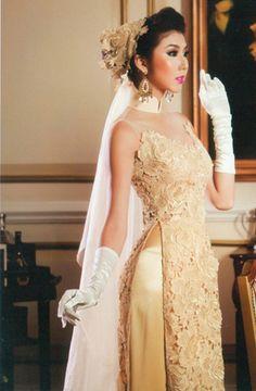 Non Vietnamese traditional dress.       ///////.     Vietnamese/English wedding invitation @ www.ThiepCuoiCali.com.        ///////////.